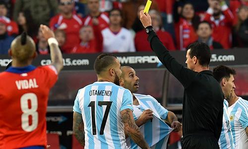 Trọng tài Roldan từng cầm còi trận chung kết Copa America 2015, khi Argentina thua Chile. Ảnh: Ole.