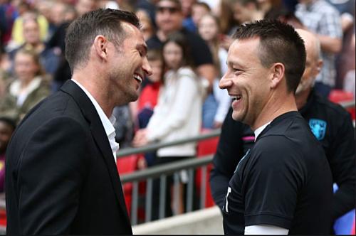 Lampard và Terry trong lần gặp nhau ở trậnplay-off. Ảnh:Reuters.
