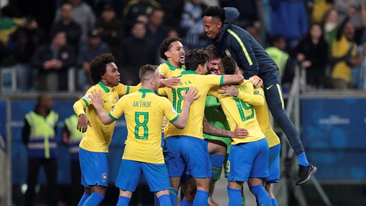 Các cầu thủ Brazil ăn mừng sau khi giành vé đi tiếp, trong trận đấu trên sânArena do Gremio(Porto Alegre). Ảnh: Reuters.