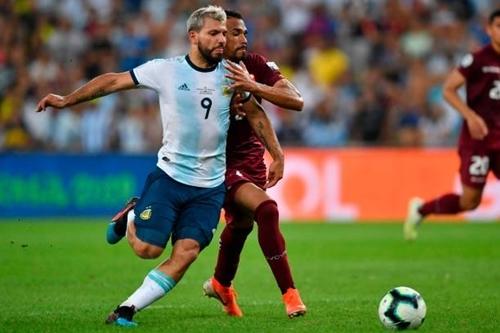Aguero (trái) đá chính nhưng không ghi bàn ở trận gặp Venezuela. Ảnh: AFP.