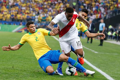 Silva tranh bóng trong trận đấu với Peru ở vòng bảng. Ảnh:AFP.