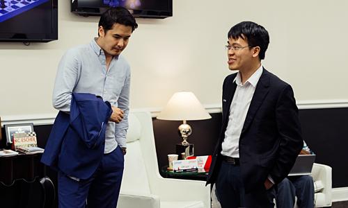 Quang Liêm (phải) trò chuyện cùng kỳ thủ người Anh David Howell.