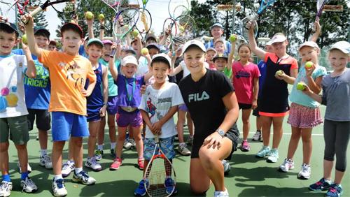 Barty có lúc chuyển sang huấn luyện các em nhỏ chơi tennis. Ảnh: Courier Mail.