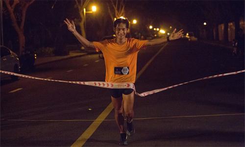 ... và anh Chí Hùng là các nhàvô địch chạy dài nhấttại Ultra Night Marathon lần thứ năm. Ảnh: RFF