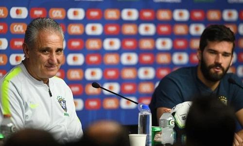 Tite và thủ môn Alisson trong buổi họp báo trước trận đấu. Ảnh: Ole.
