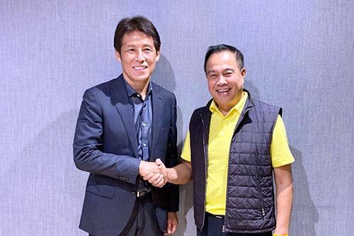 Nishino (trái) trong buổi ký hợp đồng với Chủ tịch FAT, Somyot. Ảnh: Siamsport.