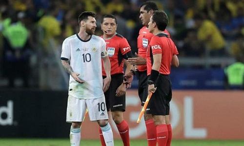 Messi thất vọng với cách điều hành trận đấu của trọng tài. Ảnh: Ole.