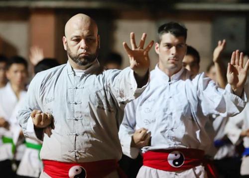 Trong hai năm qua võ sư Pierre Francois Flores gây náo loạn giới võ thuật Việt Nam.