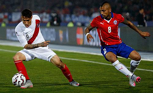 Vidal theo kèmGuerrero (trái) trong trận bán kết năm 2015. Ảnh: AfFP.