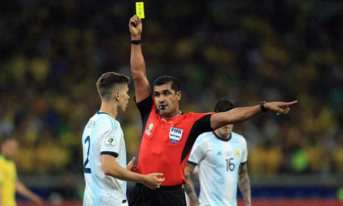Trọng tài Zambrano (áo đỏ) 5 lần rút thẻ vàng cảnh cáo cầu thủ Argentina trong trận gặp Brazil. Ảnh: AFP.