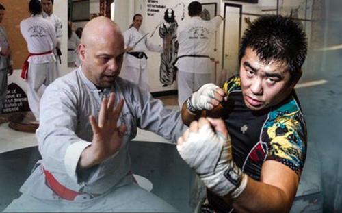 Flores (trái) lần thứ hai thách đấu Từ Hiểu Đông và quyết tâm sang Trung Quốc tỉ thí.