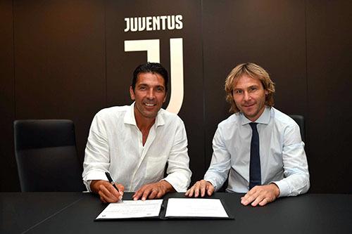 Buffon (trái) ký hợp đồng với Phó Chủ tịch Nedved.
