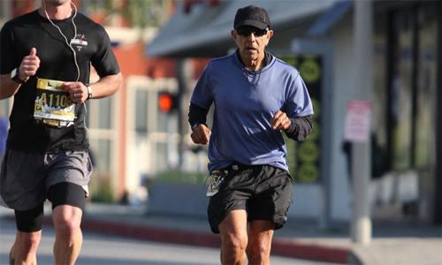 Bác sĩ Meza trên đường chạy giải Los Angeles Marathon.