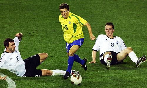 Juninho đi bóng ở chung kết World Cup 2002 gặp tuyển Đức. Ảnh: Reuters.