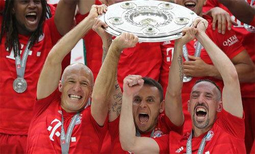 Robben (trái, hàng đầu) chia tay Bayern với chức vô địch Bundesliga 2019. Ảnh: Reuters