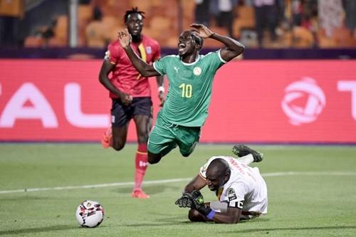 Tình huống Mane ngã trong cấm địa Uganda. Ảnh: AFP.