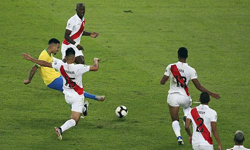 Jesus (áo vàng) ghi bàn quan trọng, giúp Brazil tái lập lợi dẫn trước giờ nghỉ. Ảnh: AP.