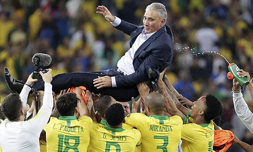 Cầu thủ Brazil công kênh HLV Tite sau chiến thắng. Ảnh: Reuters.