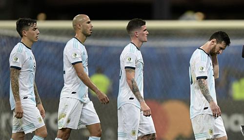 Cầu thủ Argentina cúi đầu sau trận thua Colombia. Ảnh:AFP.