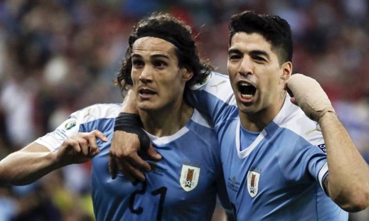 Cavani (trái) bên đồng đội Suarez sau khi lập công. Ảnh: AFP.