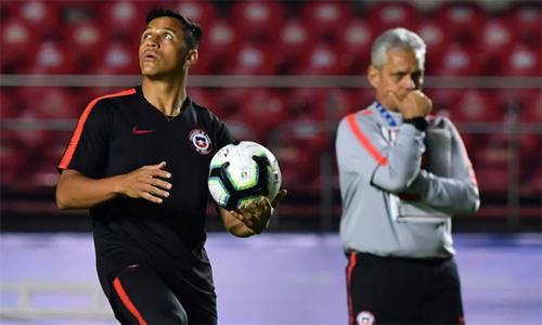 Chile chỉ cần hòa Uruguay và HLV Rueda sẽ phải tính toán kỹ lưỡng để không mạo hiểm với chấn thương của trụ cột Sanchez (áo đen). Ảnh: AFP.