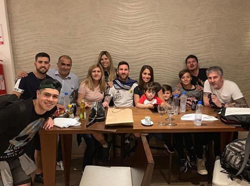 Messi chia vui cùng gia đình trong sinh nhật 32 tuổi. Ảnh:Instagram.