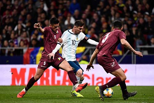 Messi bất lực trước hàng thủ Venezuela ở lần đối đầu gần nhất. Ảnh:AFP.