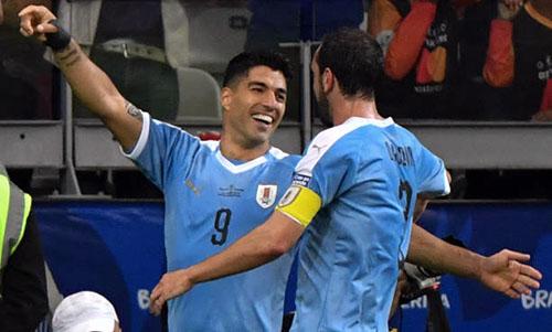 Suarez (trái) chưa vui cùng Godin sau khi lập công. Ảnh: Reuters.