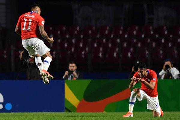 Vargas (số 11) tỏa sáng với một cú đúp. Ảnh: Reuters.