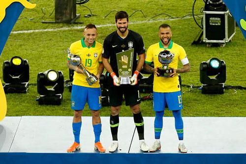 Ba danh hiệu cá nhân của Copa America 2019 đều thuộc về Brazil. Everton (trái) là cầu thủ trẻ hay nhất, Alisson (giữa) là thủ môn hay nhất, và Alves là cầu thủ hay nhất giải. Ảnh: AFP.