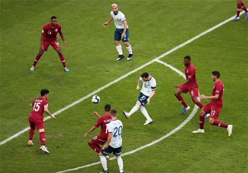 Messi không có nhiều cơ hội trước hàng thủ Qatar.