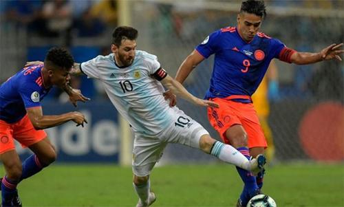 Messi và Falcao tranh bóng trong trận ra quân. Ảnh: Reuters