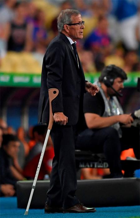 Tabarez thường xuyên phải dùng gậy baton để di chuyển.