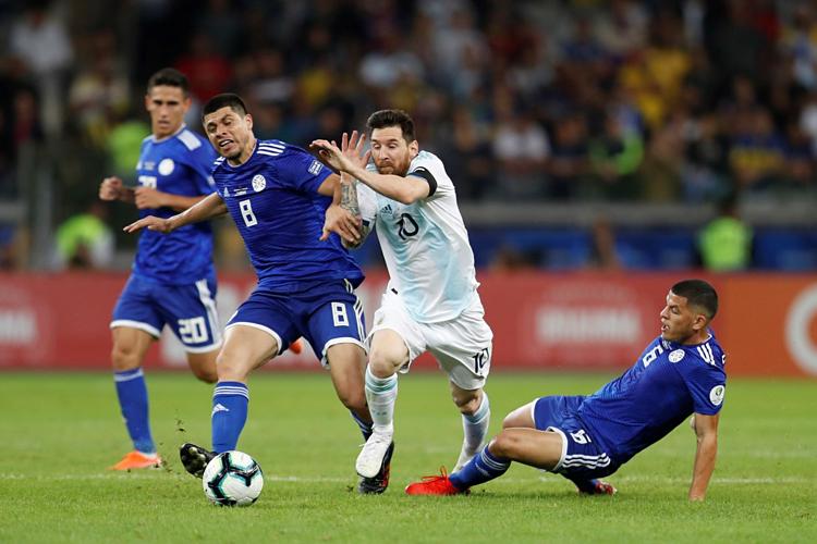 Messi (số 10) luôn nhận được sự chăm sóc đặc biệt của các cầu thủ Paraguay.