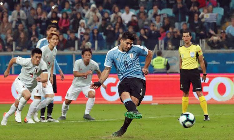 Suarez (áo xanh) gỡ hòa 1-1 trên chấm 11 met nhờ quyết định của VAR. Ảnh: AFP.