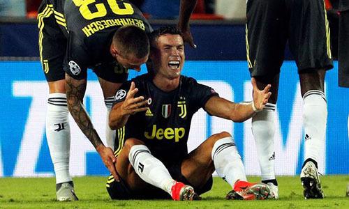 Ronaldo mếu máo khi nhận thẻ đỏ ở vòng bảng Champions League mùa trước, trong chuyến làm khách của Valencia. Ảnh: Reuters.