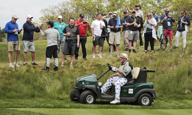 Daly dùng xe điện không mái che tại PGA Championship năm nay. Ảnh: AP.
