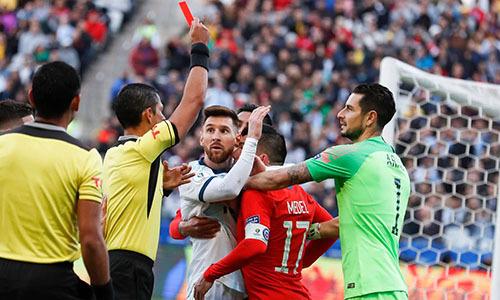 Tình huống xô xát dẫn tới thẻ đỏ của Messi hôm 6/7. Ảnh: AFP.