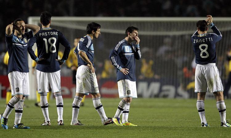 Cầu thủ Argentina buồn bã sau khi thua Uruguay trong loạt luân lưu ở Copa America 2011.