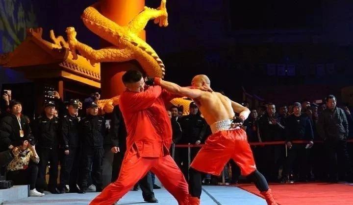 Dư Xương Hoa (trái) thua Hùng Trình Trình, dù võ sĩ quyền Anh dùng một tay.