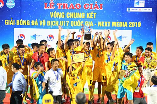 Thanh Hoá lần đầu tiên lên ngôi ở giải bóng đá trẻ U17 quốc gia. Ảnh: Đình Viên.