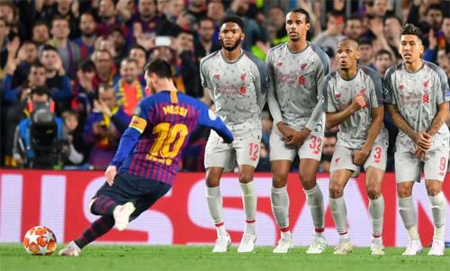 Messi đánh bại rất nhiều hàng thủ bằng tuyệt chiêu sút phạt trong mùa giải vừa qua. Ảnh: Reuters