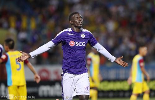 Omar ghi bàn trận thứ ba liên tiếp nhưng không thể giúp Hà Nội lấy lại ngôi đầu. Ảnh: Nhật Huy