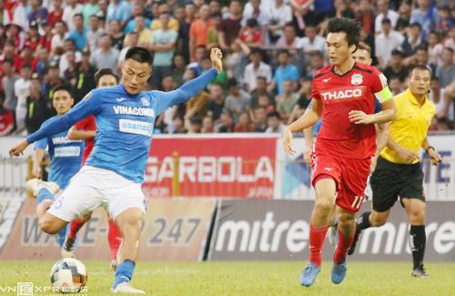 Tuyến giữa của Quảng Ninh chơi tốt, bóp nghẹt đối thủ. Ảnh: Tiến Thành