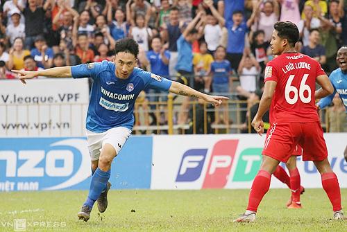 Hải Huy ăn mừng bàn thắng mở tỷ số khi Quảng Ninh thắng HAGL 3-0 trên sân Cửa Ông tối 13/7. Ảnh: Tiến Thành