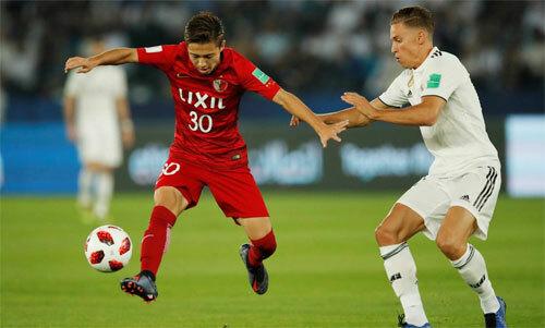 Abe (áo đỏ)là một cầu thủ đầy tiềm năng của bóng đá Nhật Bản. Ảnh: Reuters