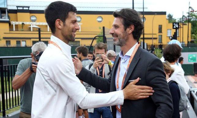 HLV của Serena Williams - Mouratoglou (phải) chào hỏi Djokovic. Ảnh: AFP.