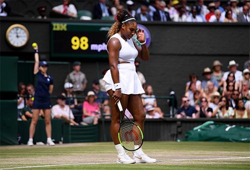 Serena mắc quá nhiều lỗi tự đánh hỏng ở chung kết.