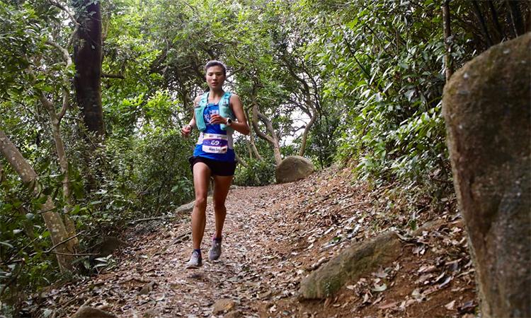 Yao trên đường chạy 100km của Vibram Hongkong mà cô vô địch.