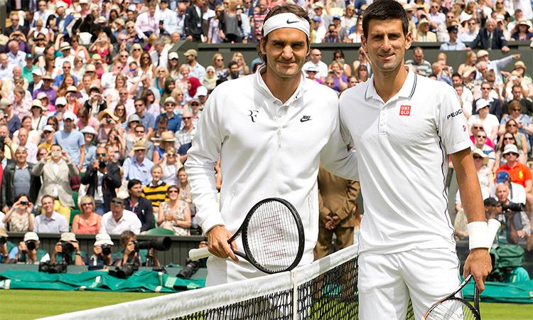 Federer (trái) chưa từng thắng Djokovic ở chung kết Wimbledon.